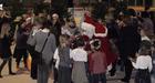 Le Père Noël distribue chocolats et bonbons